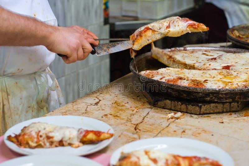 Heiße Pizzascheiben stockbilder