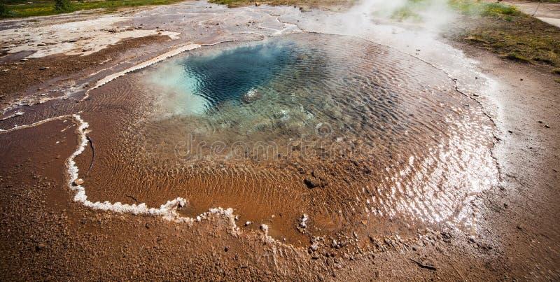 Heiße Quelle nahe Stokkur-Geysir lizenzfreie stockfotos