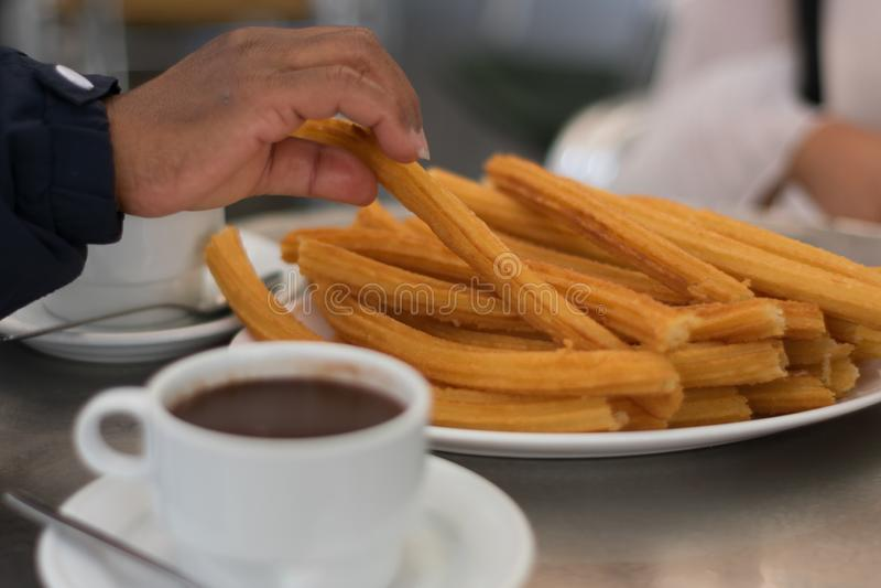 Heiße Schale Schokolade mit artisenal churros stockfotos