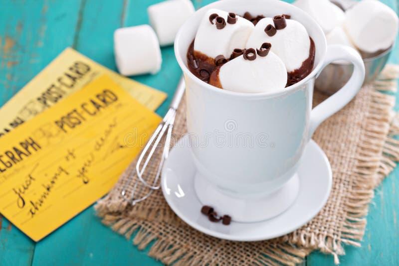 Heiße Schokolade der Erdnussbutter mit Eibischen lizenzfreies stockfoto