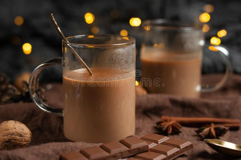 Heiße Schokolade des Weihnachts- oder des neuen Jahreswinters mit Eibisch in einem dunklen Becher, mit Schokolade, Zimt und Gewür stockbilder