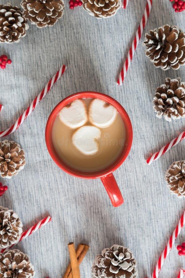 Heiße Schokolade des Weihnachtsflachlagestilllebens im roten Becher mit Herz-förmigen Eibischen lizenzfreies stockfoto