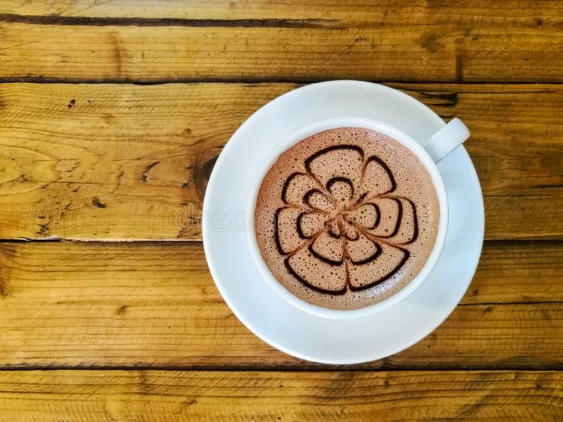 Heiße Schokolade in einem weißen Cup lizenzfreies stockbild