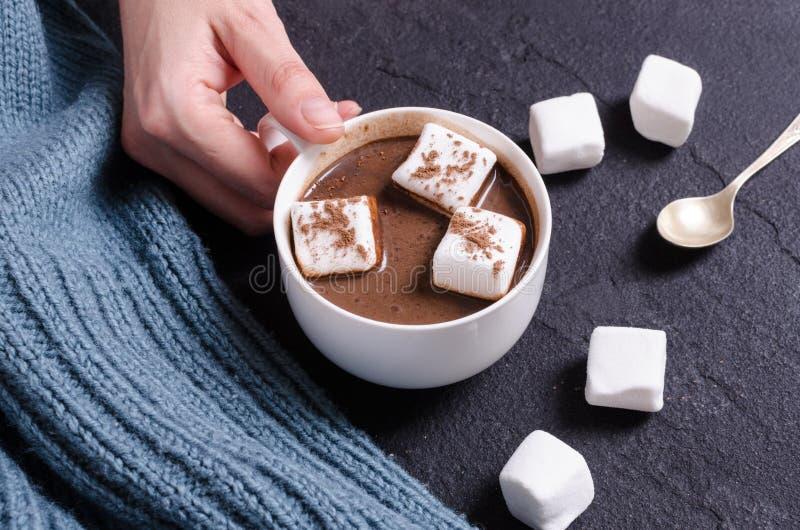 Heiße Schokolade mit Eibisch in der Frauenhand lizenzfreie stockfotos