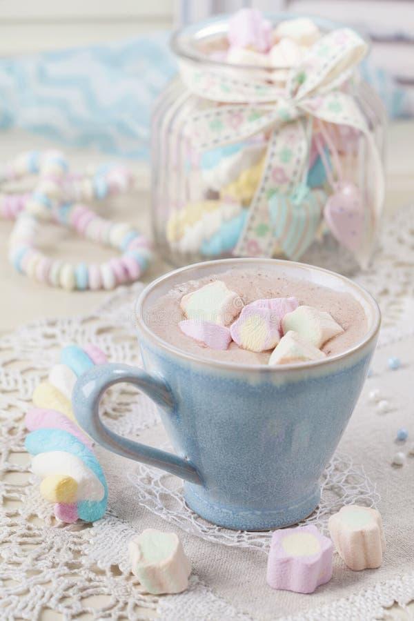 Heiße Schokolade mit Eibischen lizenzfreie stockbilder