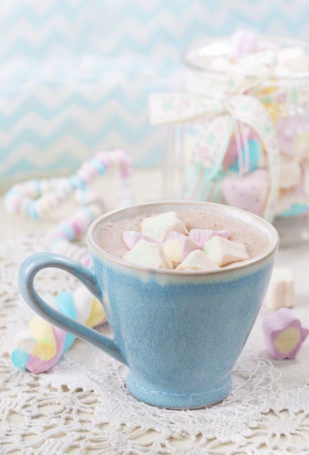 Heiße Schokolade mit Eibischen lizenzfreies stockbild
