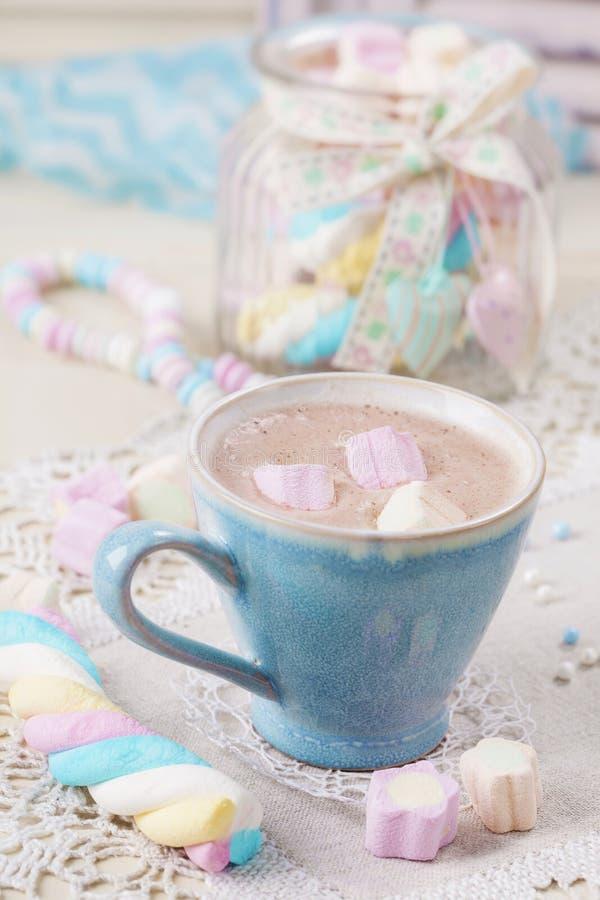 Heiße Schokolade mit Eibischen lizenzfreies stockfoto