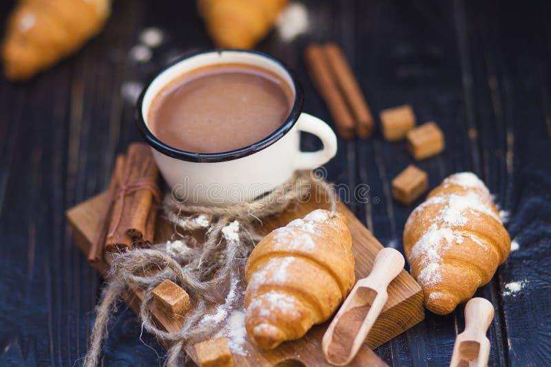Heiße Schokolade mit Hörnchen lizenzfreie stockfotografie