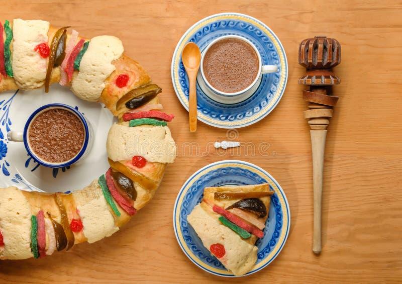Heiße Schokolade mit Offenbarungskuchen, Könige backen, Rosca de Reyes oder Roscon de Reyes zusammen lizenzfreie stockbilder