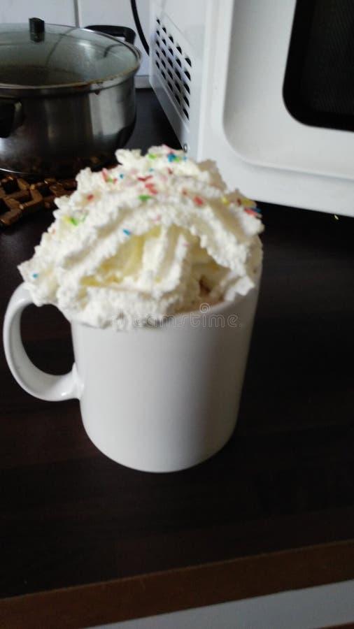 Heiße Schokolade mit Sahne und springles stockbild