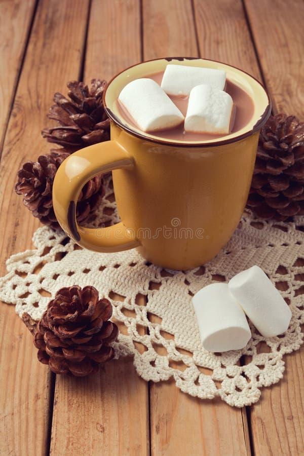 Heiße Schokolade und Eibische auf Holztisch lizenzfreies stockbild