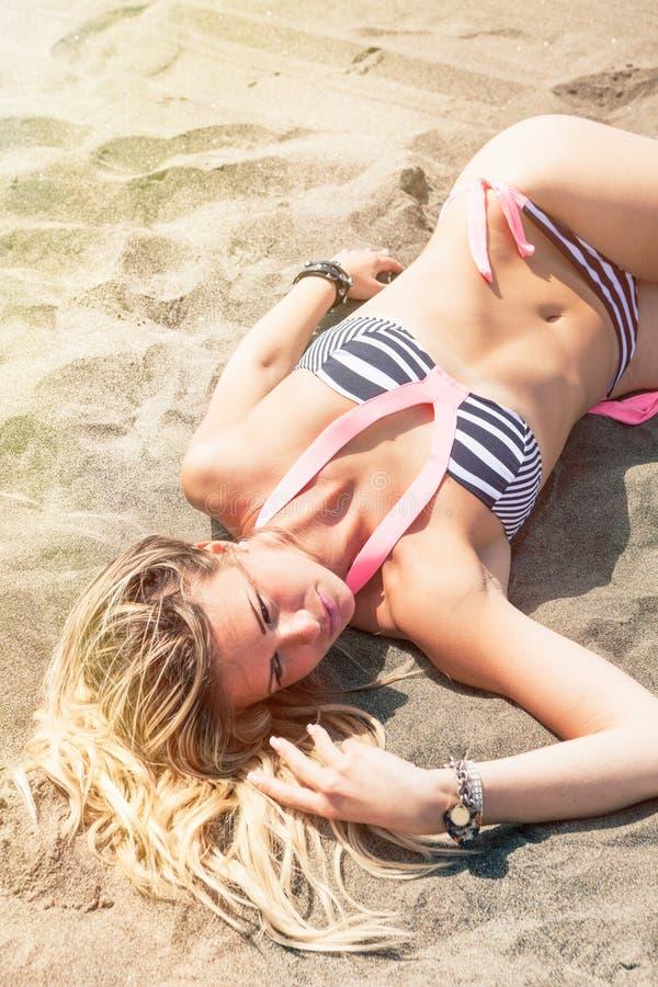 Heiße sexy junge Frau des blonden Haares auf dem Strand beachwear stockfotografie