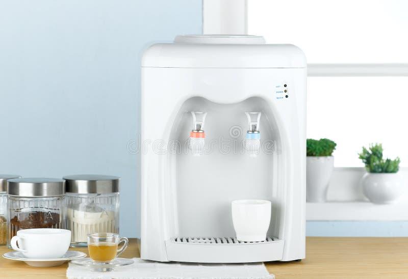 Heiße und kalte Trinkwassermaschine lizenzfreies stockbild
