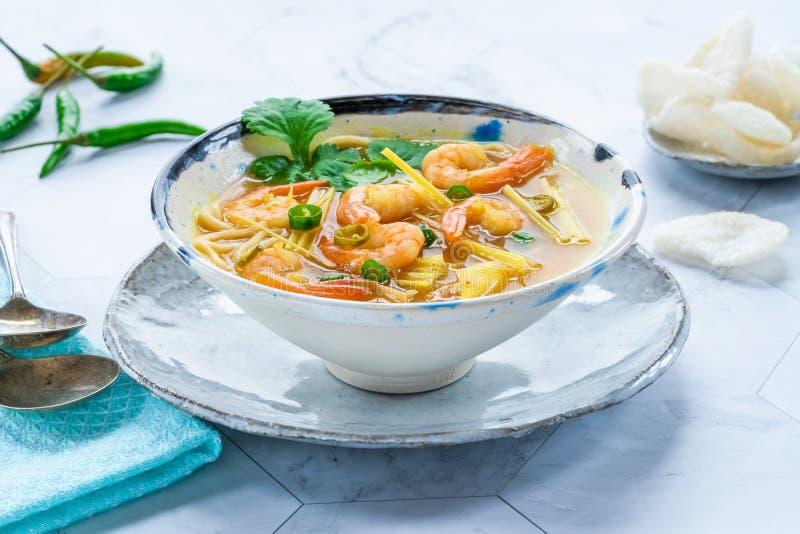 Heiße und saure Suppe Toms yum - mit Garnelen stockfoto