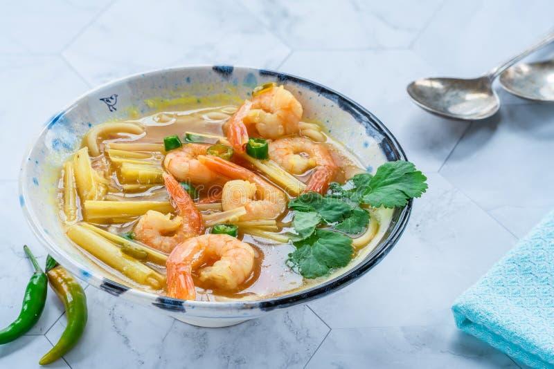 Heiße und saure Suppe Toms yum - mit Garnelen stockbild
