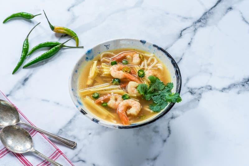 Heiße und saure Suppe Toms yum - mit Garnelen lizenzfreies stockfoto
