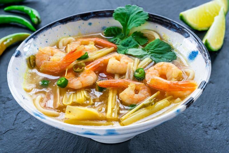 Heiße und saure Suppe Toms yum - mit Garnelen stockbilder