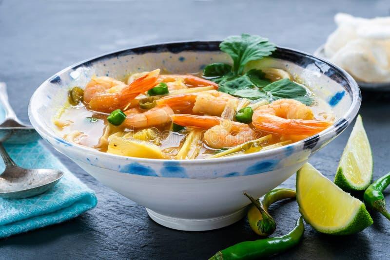 Heiße und saure Suppe Toms yum - mit Garnelen stockfotos