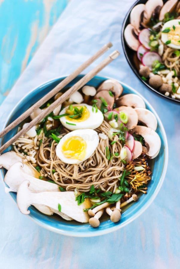 Heiße vegetarische Ramen mit Misopaste, -pilzen und -eiern stockfotos