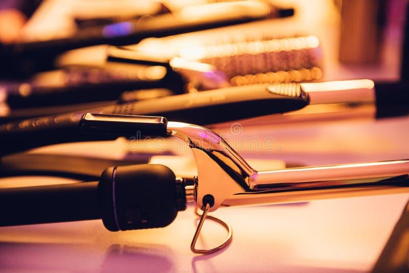 Heiße zu verwenden Elektrowerkzeuge der Frisur auf dem Herrenfriseur tischfertig stockfoto
