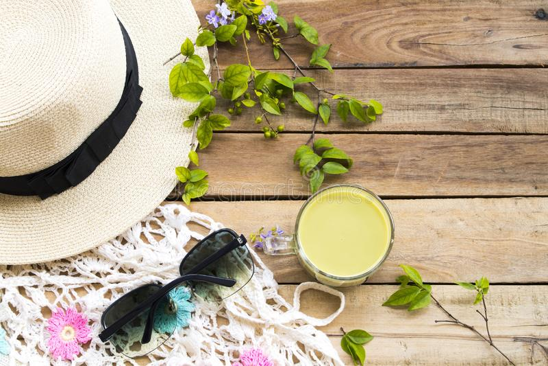 Heißen die Kräutergesundheitsgetränke milk grünen Tee mit Hut, Sonnenbrille, Strickgarn lizenzfreie stockfotos