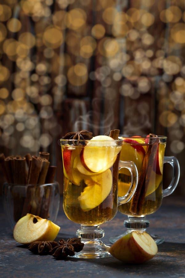 Heißer Apfeltee des Weihnachtsgetränks oder Apfelwein und bokeh stockbilder