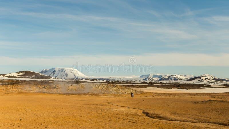 Heißer Boden im geothermic Bereich umgeben durch schneebedeckte Berge in Nord-Island lizenzfreie stockfotos