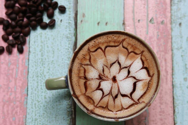 Heißer Draufsichtdesignaromageschmack der Kaffee Latte-Blumenkunst mit ist stockbild