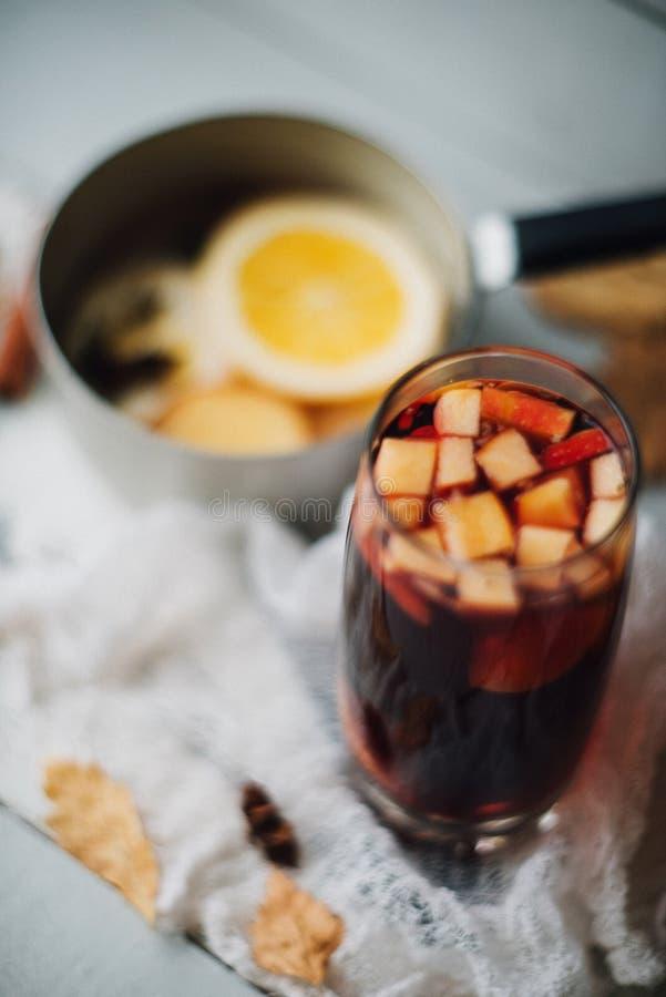 Heißer Glühwein in einem Glas mit orange Scheiben, im Anis und in den Zimtstangen, Sternplätzchen auf Weinleseholztabelle Weihnac lizenzfreie stockbilder
