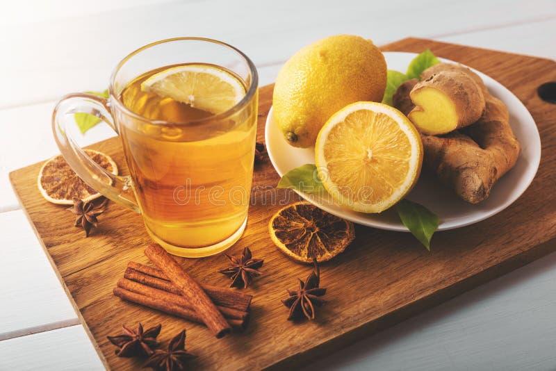 Heißer Ingwertee mit Zitrone kaltes Jahreszeitgetränk der Grippe lizenzfreie stockbilder
