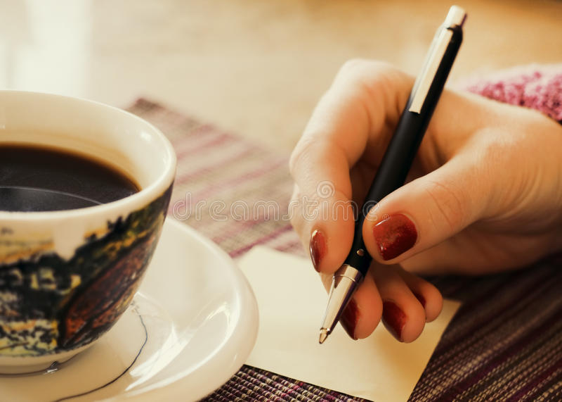 Heißer Kaffee mit Anmerkung des leeren Papiers lizenzfreie stockfotos