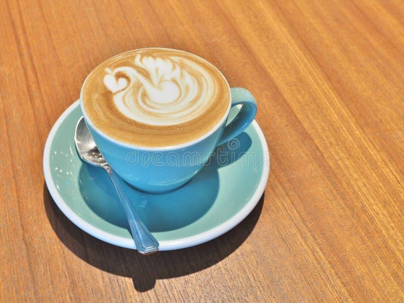 Heißer Kaffee mit Schwanform Lattekunst stockfotografie