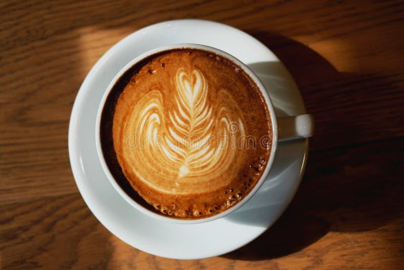 Heißer Lattekaffee Lattekunst lizenzfreies stockfoto