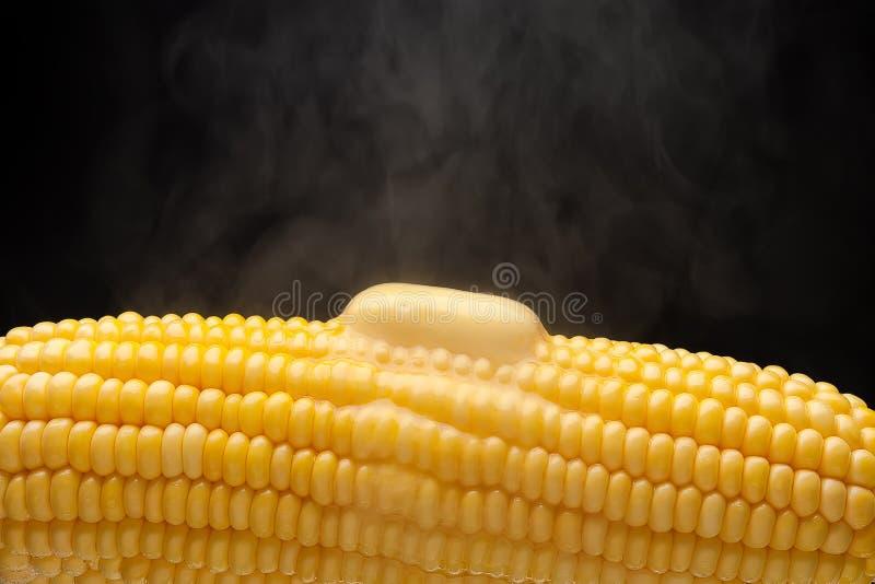 Heißer Mais mit Dampf und schmelzender Butternahaufnahme lizenzfreie stockfotografie