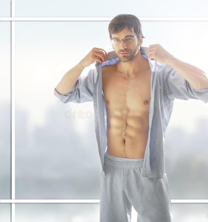 Heißer Mann stockfoto. Bild von muskel, männlich, brillen