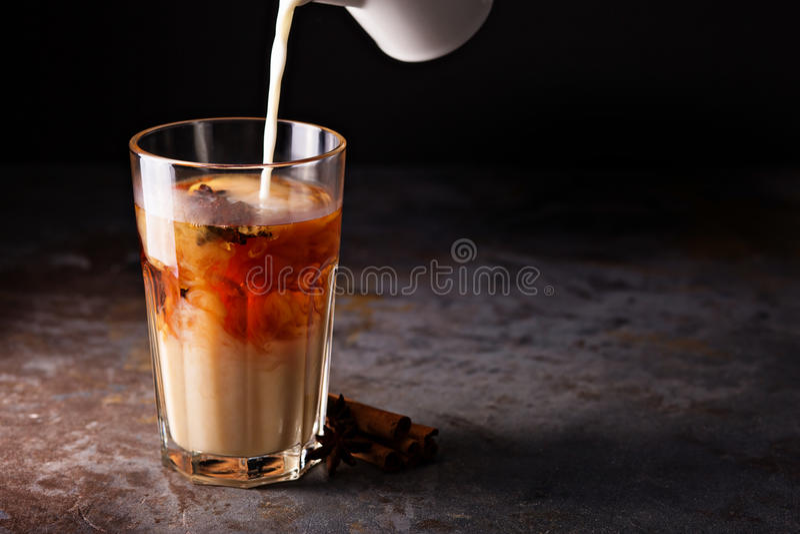 Heißer masala Tee mit Milch lizenzfreies stockfoto