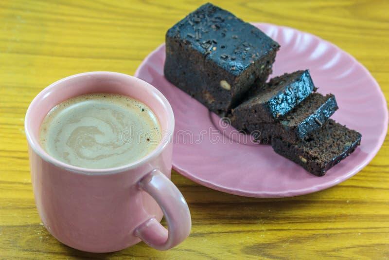 Heißer Milchkakao und Schokoladenkuchen stockfotografie