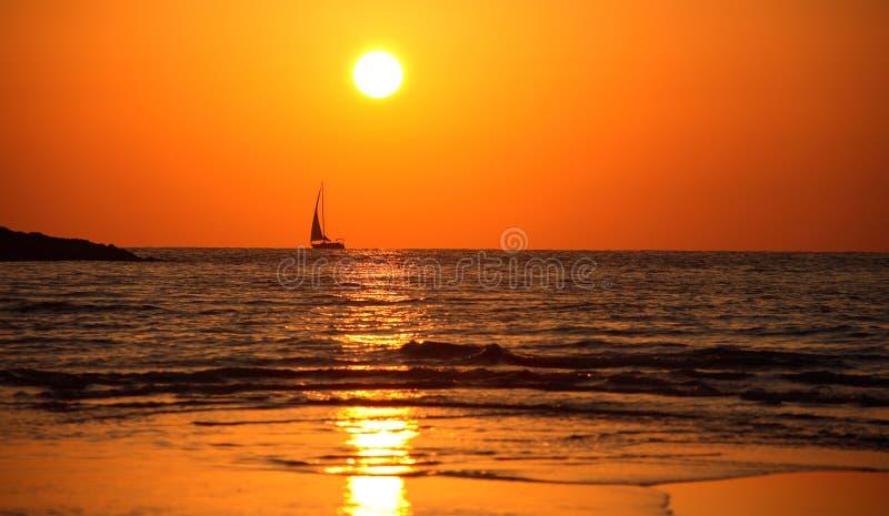 Heißer Sommerabend in Meer lizenzfreie stockfotografie