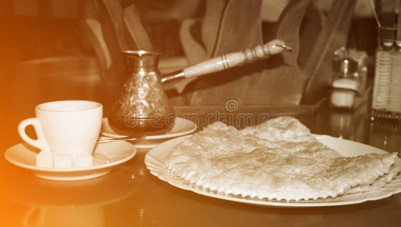 Heißer türkischer Kaffee mit frischem nationalem traditionellem Gebäck lizenzfreie stockfotografie