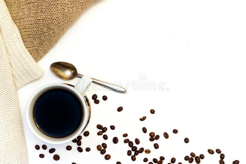 Heißer Tasse Kaffee oder Tee mit Pullover lizenzfreie stockbilder