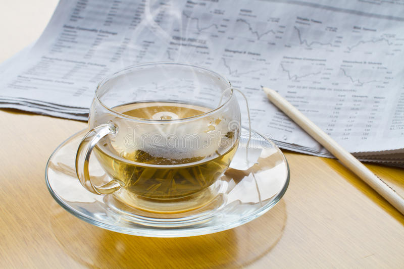 Heißer Tee, Bleistift und Zeitung lizenzfreie stockfotos