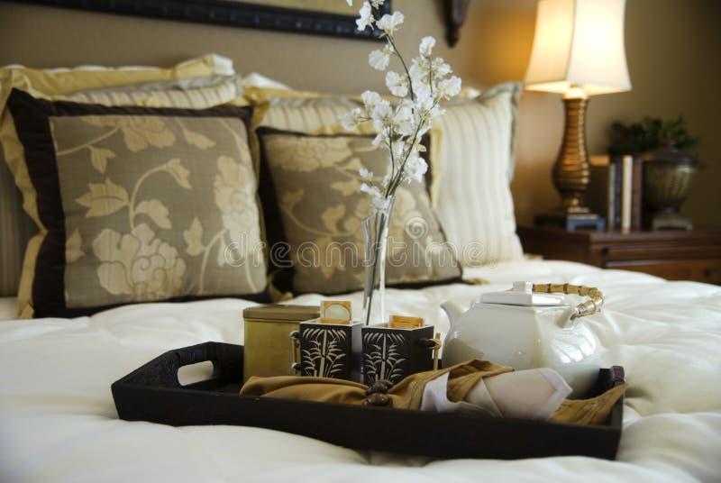 Heißer Tee gedient im Schlafzimmer lizenzfreie stockbilder
