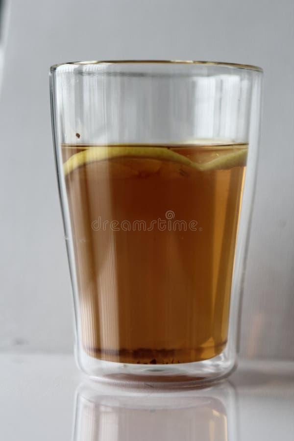 Heißer Tee mit Zitrone in einem Glas lizenzfreie stockbilder