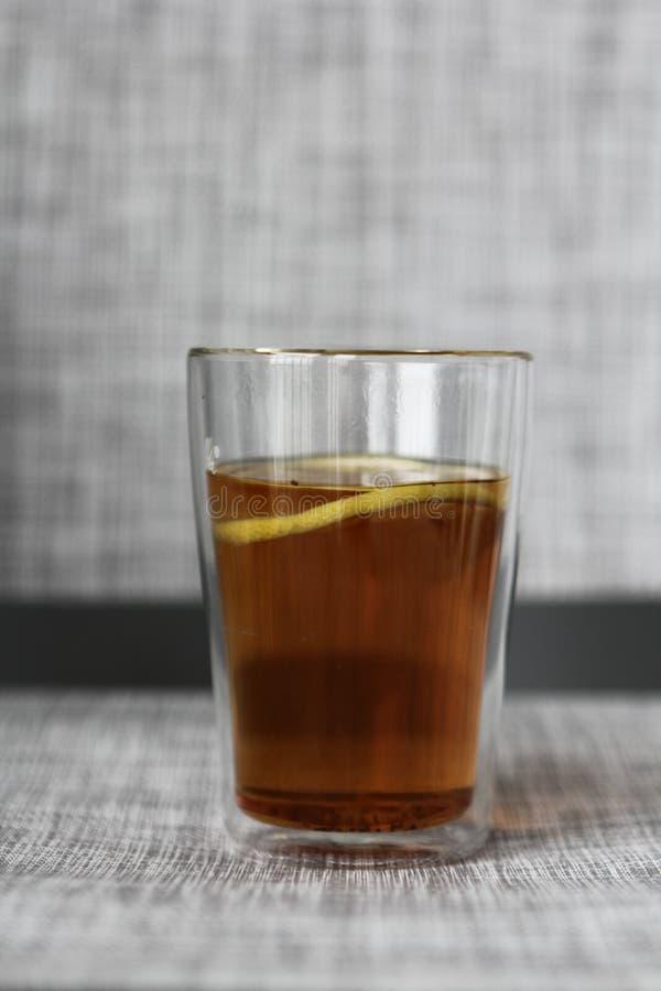 Heißer Tee mit Zitrone in einem Glas stockfotografie