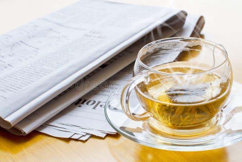 Heißer Tee und Zeitung 2 stockfotografie