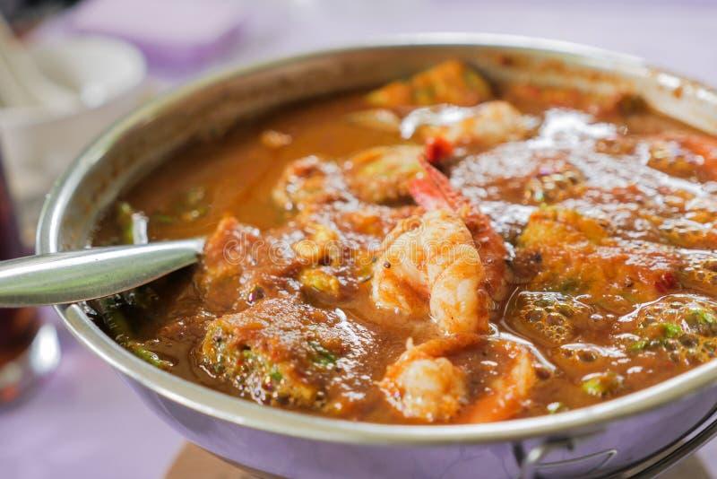 Heißer u. saurer Curry mit Garnelen und Akazien-Omelett lizenzfreie stockbilder