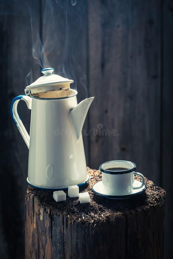 Heißer und aromatischer schwarzer Kaffee auf hölzernem Stumpf stockfotos