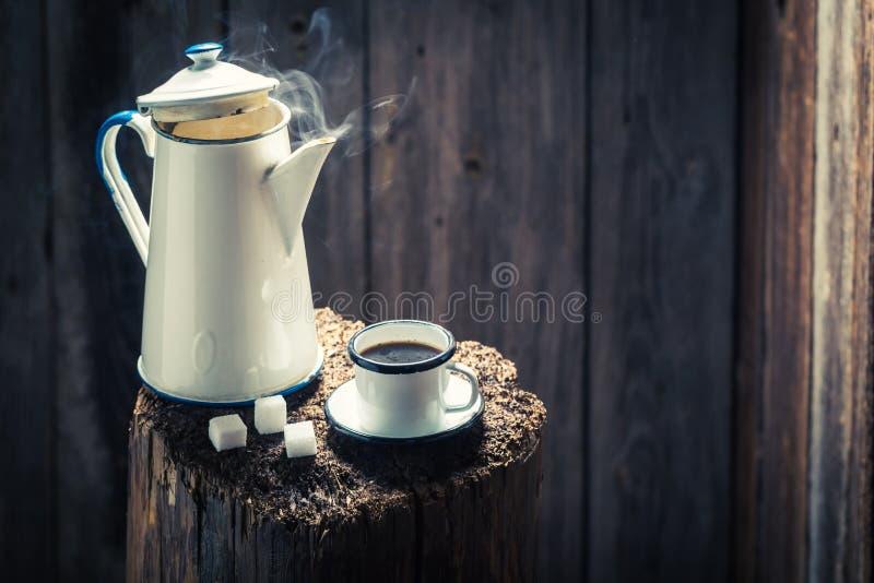 Heißer und aromatischer schwarzer Kaffee im hölzernen Häuschen stockfoto