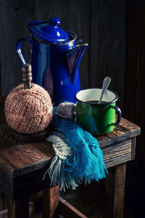 Heißer und aromatischer schwarzer Kaffee und Kaffeetopf lizenzfreie stockbilder