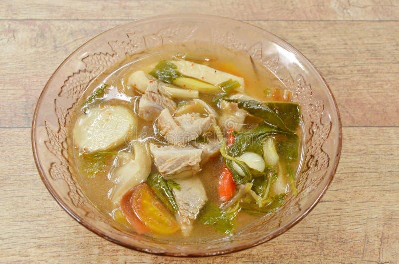Heißer und würziger Schweinefleischknochen mit Tamarinde und thailändische Krautsuppe auf Glasschüssel stockbild